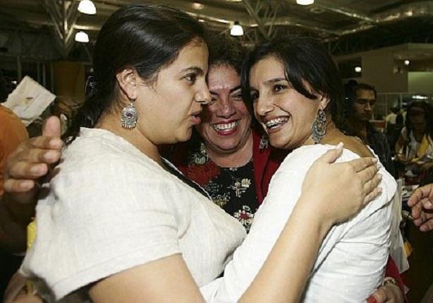 María Paula Romo, Betty Amores y Rossana Alvarado celebran la aprobación del proyecto. (Foto: EFE)