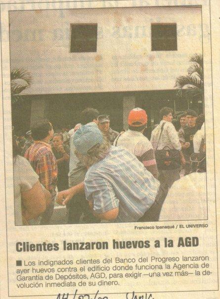 Perjudicados arrojan huevoas a edificio de la AGD