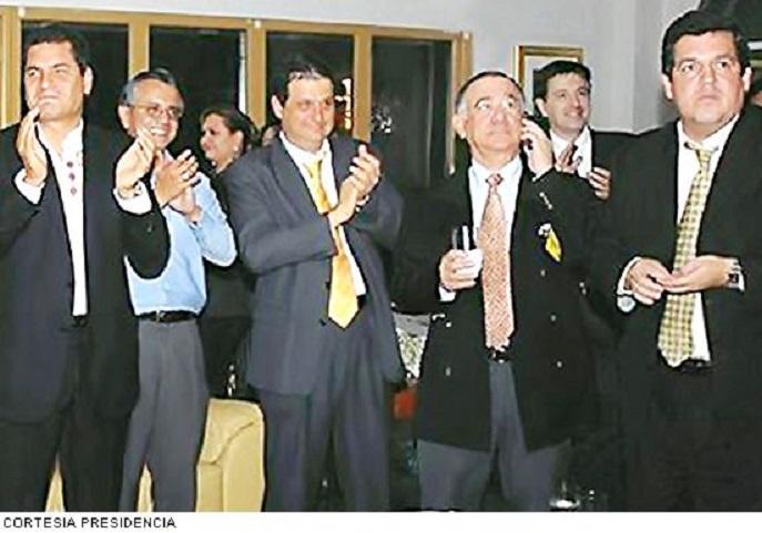 EL UNIVERSO . El presidente Rafael Correa, el secretario jurídico Alexis Mera, Camilo Samán; y el ex superintendente de Bancos, Juan Falconí Puig, festejaban el 2 de julio 2008 el triunfo de LDU.