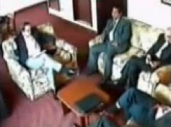 12 de febrero del 2007, Hotel República, Quito. El entonces ministro de Economía Ricardo Patiño se reúne en secreto con especuladores de la deuda externa. El gustito por las apuestas fuertes con dinero ajeno no es nuevo. Fotograma: Teleamazonas