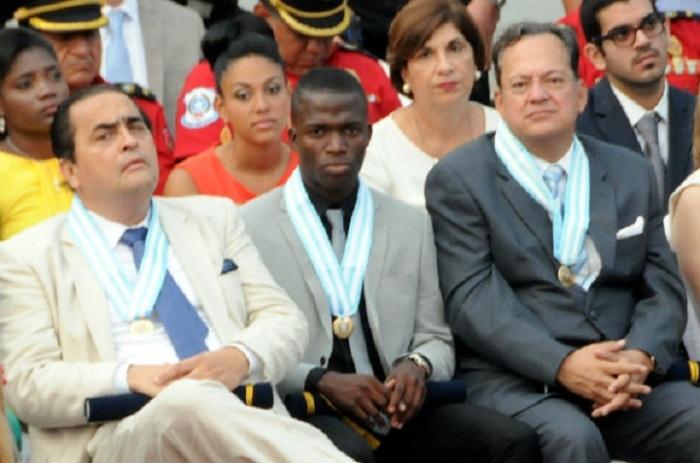 Ramón Sonnenholzner Murrieta (i), Enner Valencia (c) y Gustavo Costa von Buchwald fueron condecorados por el Municipio de Guayaquil (Jorge Peñafiel, EL UNIVERSO)