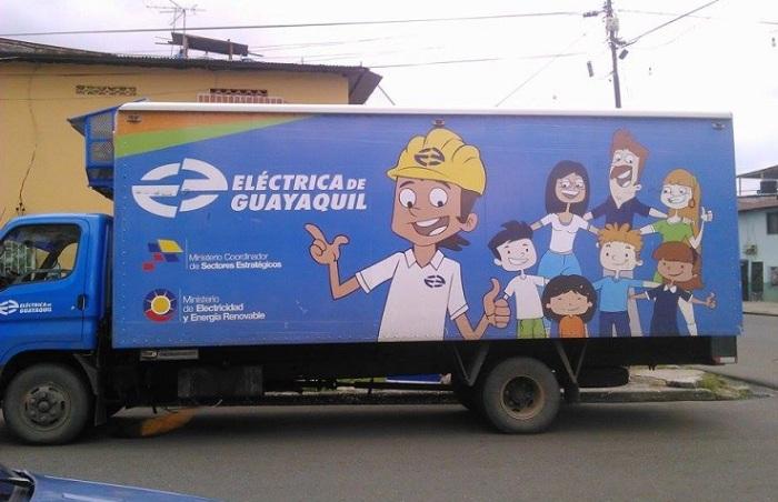 Técnicos de la Empresa Eléctrica el viernes 17 Abril 2015 en Los Ríos y Augusto González impulsando la venta de cocinas de inducción
