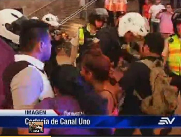 Un tipo con uniforme de la Policía Nacional ataca a un ecuatoriano